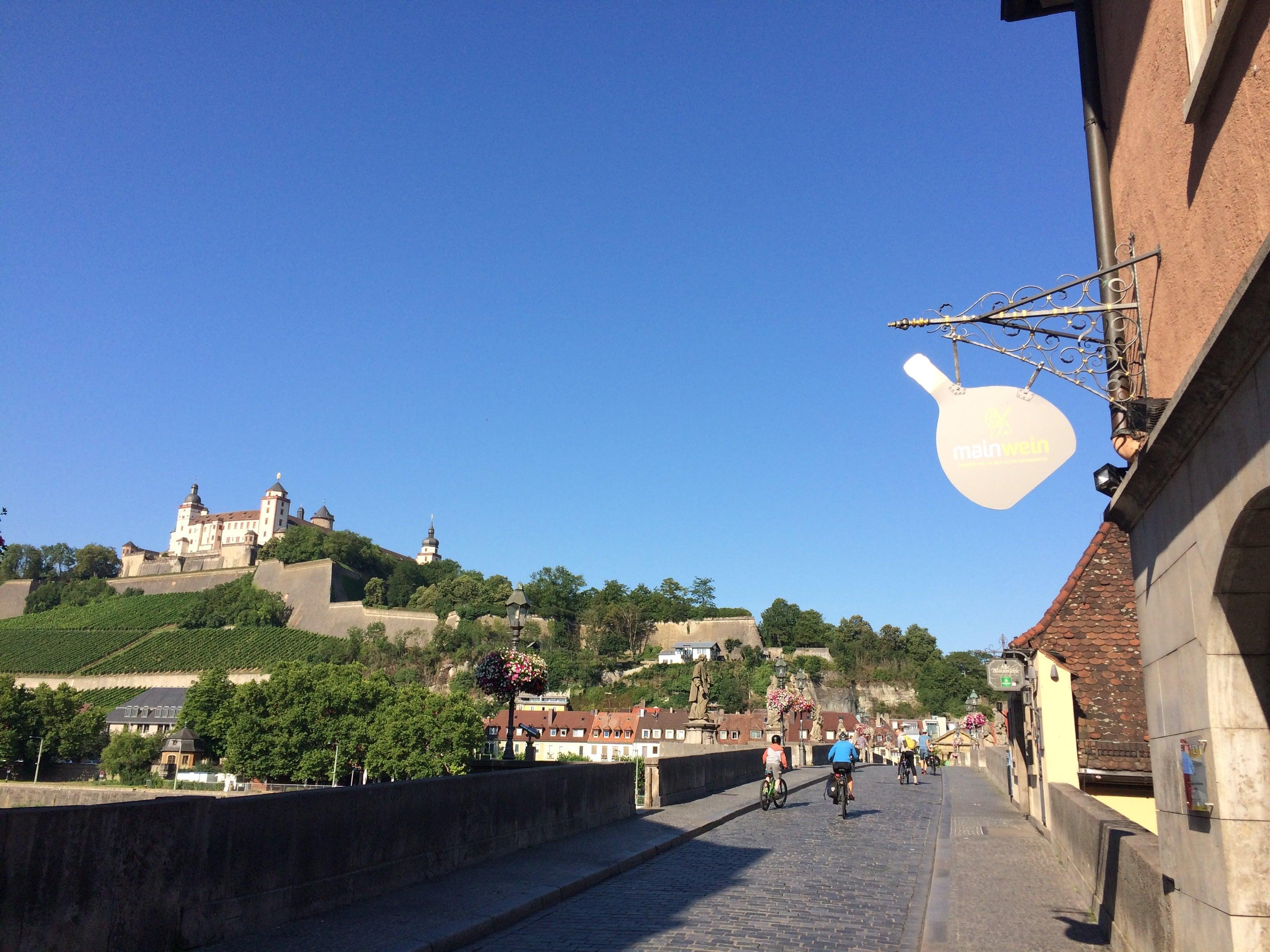 Würzburg: Il Meno, quando lo sguardo si apre sull'Alte Bruecke e sulla Marien Festung, residenza dei vescovi principi di Wuerzburg fino al 1719, possiede questa calma infinita, ancora oggi, e dischiude nel cuore del visitatore tormentato dal presente la possibilità di un respiro più grande.